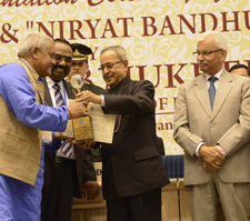 The President of India presents the award to Surya Tiwari.