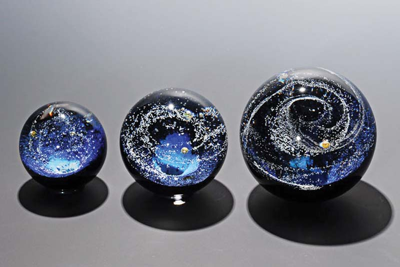 Handmade art glass from Japan represents the creation of the universe using phosphorescent material. bluebird-trdg.co.jp