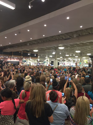 Joanna chip gaines visit nebraska furniture mart for Chip and joanna gaines meet and greet